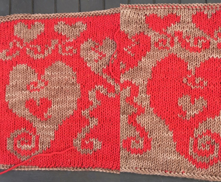 Two sides of double knitting in improvised heart patterning