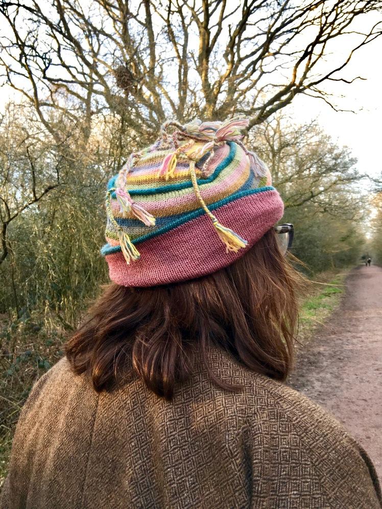 Ornamental braiding on machine-knit hats made of plant-dyed yarn